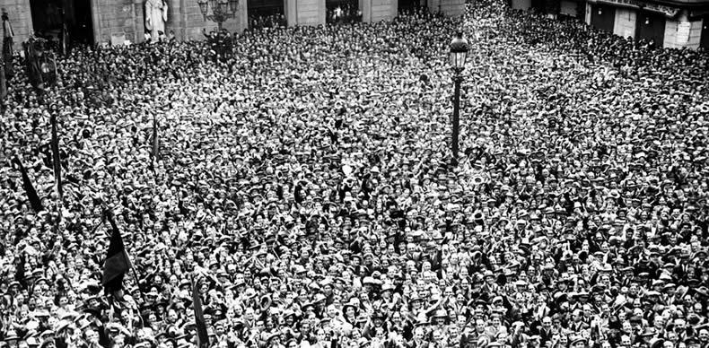 Aglomeración de personas en la plaza Sant Jaume de Barcelona el 14 de abril 1931.