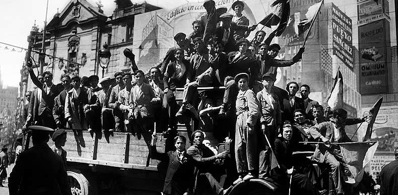 Vizcaya: Manifestantes republicanos muestran su alegría en la calle de Alcalá por la victoria de sus candidaturas en las elecciones municipales.14 abril 1931.
