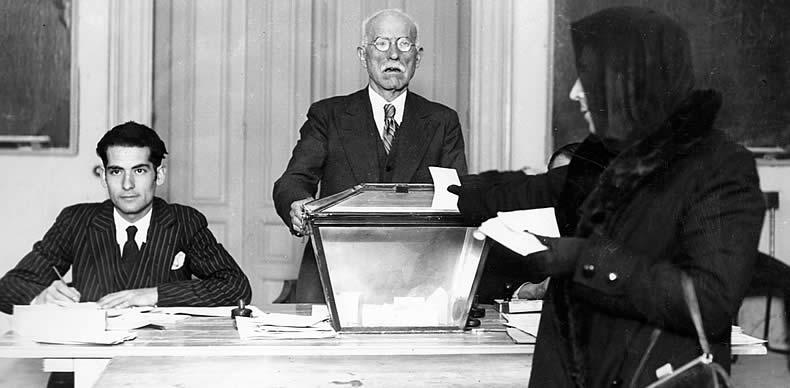 Una mujer deposita su voto en las elecciones del 12 de abril de 1931.