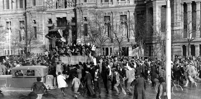 La plaza de Cibeles de Madrid se llena de gente que celebra la llegada de la II República.