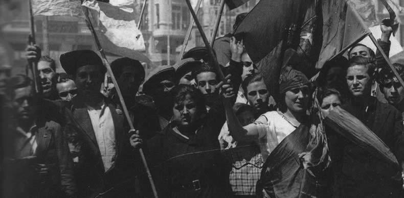 Banderas al aire en la proclamación de la II República en Madrid.