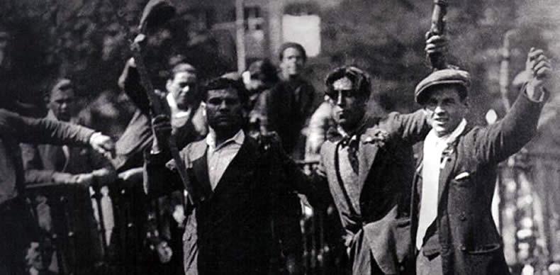 Un grupo de hombres celebra la proclamación de la II República sobre los símbolos derribados del anterior régimen dictatorial de Primo de Rivera.