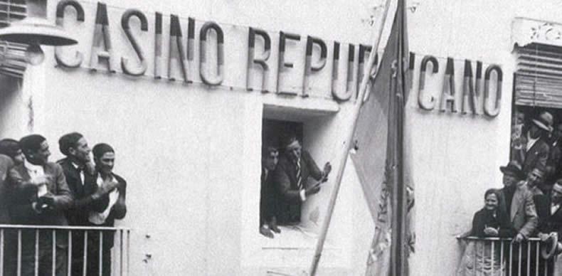 Valencia celebra la proclamación de la II República. Al fondo, el casino Republicano.