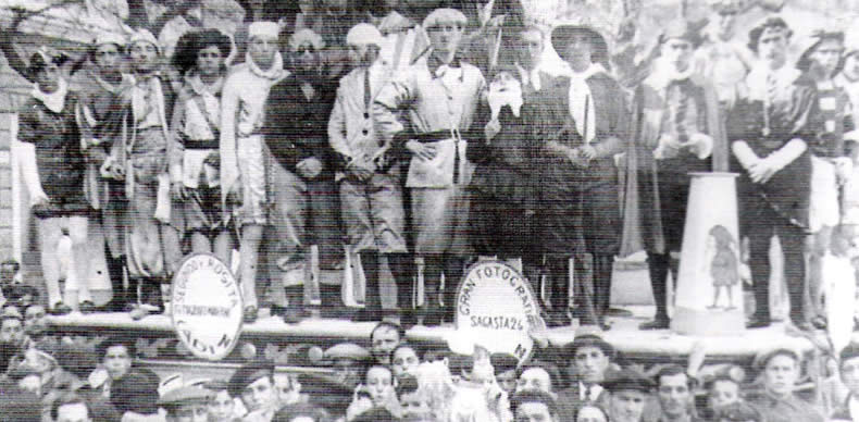 Las comparsas, coros y chirigotas de los carnavales de Cádiz eran otro espacio de crítica durante la II República. En la imagen, el coro de Los Cuentos de Calleja en 1935.