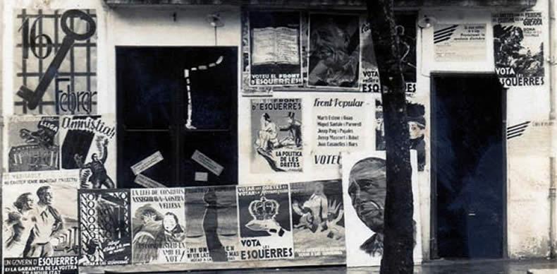 Fachada de un edificio tomada el 18 de abril de 1931, con carteles que celebran la proclamación de la II República.