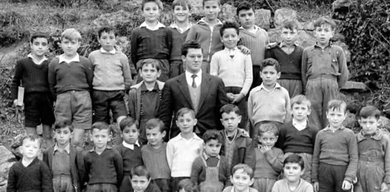 Un maestro de Avilés posa rodeado de sus alumnos durante la época.